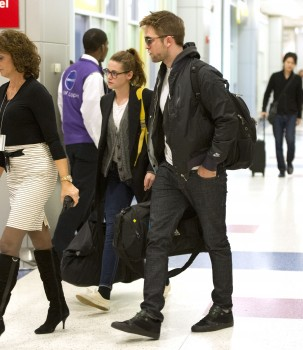 Robsten - Imagenes/Videos de Paparazzi / Estudio/ Eventos etc. - Página 10 2a9100222001544