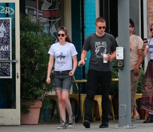 Robsten - Imagenes/Videos de Paparazzi / Estudio/ Eventos etc. - Página 10 862f8f247313072