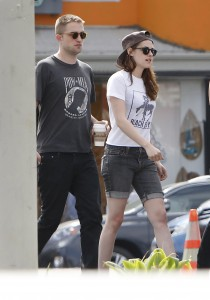 Robsten - Imagenes/Videos de Paparazzi / Estudio/ Eventos etc. - Página 10 C82ee1247312788