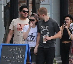 Robsten - Imagenes/Videos de Paparazzi / Estudio/ Eventos etc. - Página 10 Dc67b7247312812