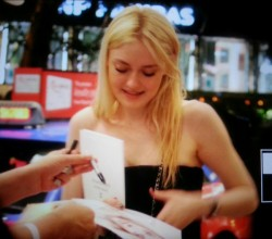 Dakota Fanning / Michael Sheen - Imagenes/Videos de Paparazzi / Estudio/ Eventos etc. - Página 6 4d6c26253983653