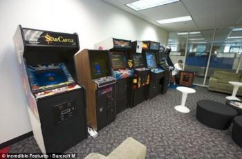 Berbagai macam video game di area kantor Google / Incredible Features