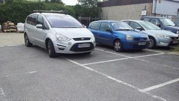 Mobil parkir sembarangan