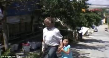 Yücel berjalan bersama putrinya