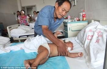 Xiao Bao bersama pamannya