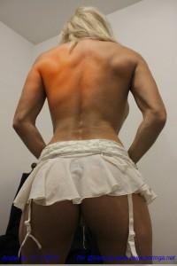Angie, lencería blanca y muchos músculos