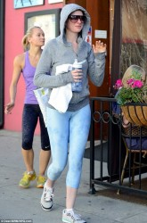 Anne Hathaway Leaving a Dance Studio in Los Angeles on November 13, 2013