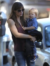 Jennifer Garner - at the park in Santa Monica 11/25/13