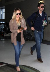 79f24b291665524 [Ultra HQ] Kaley Cuoco   at LAX Airport 11/27/13 high resolution candids