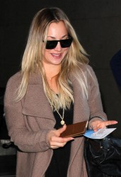 be005f291665094 [Ultra HQ] Kaley Cuoco   at LAX Airport 11/27/13 high resolution candids