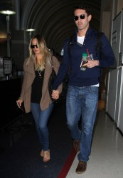 c0fe92291665701 [Ultra HQ] Kaley Cuoco   at LAX Airport 11/27/13 high resolution candids