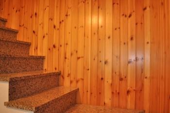 Una perlinatura in legno come abbellire un ambiente for Rivestimento perline legno bianco